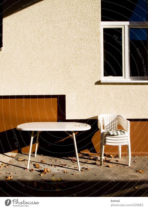 Ende der Saison Häusliches Leben Haus Möbel Stuhl Tisch Campingstuhl Plastikstuhl Kissen Landschaft Herbst Schönes Wetter Blatt Innenhof Terrasse Mauer Wand