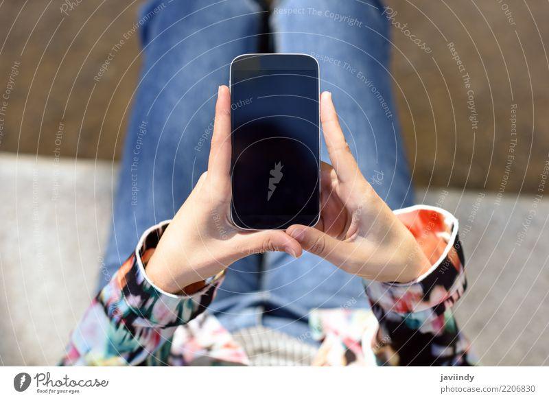 Junge Frau, die einen Bildschirm- Smartphone verwendet Lifestyle Telefon Handy PDA Technik & Technologie Mensch Erwachsene Finger klug weiß Mobile Halt Menschen