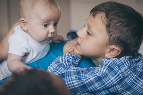 Vater und Söhne liegen auf dem Bett Kind Mann weiß Hand Freude Erwachsene Leben Lifestyle Liebe Familie & Verwandtschaft Junge klein Glück Spielen Zusammensein