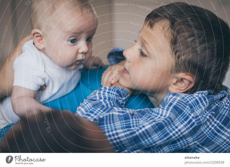 Vater und Söhne liegen auf dem Bett Lifestyle Freude Glück Leben Spielen Schlafzimmer Kindererziehung Baby Junge Mann Erwachsene Eltern Mutter
