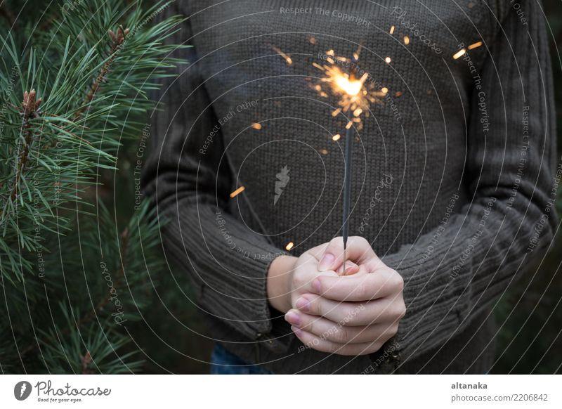 tenager mit Bengal-Feuer in der Hand, das nahe Weihnachtsbaum steht Lifestyle Freude Glück schön Freizeit & Hobby Winter Dekoration & Verzierung Feste & Feiern