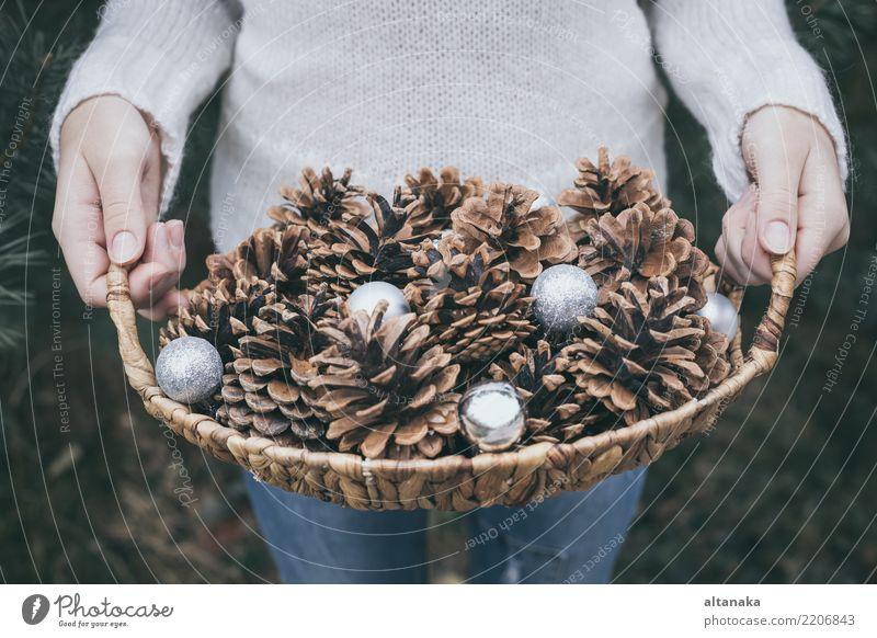 Tannenzapfen in den Händen von Teenager. Lifestyle Design Winter Dekoration & Verzierung Feste & Feiern Weihnachten & Advent Silvester u. Neujahr Mensch Frau