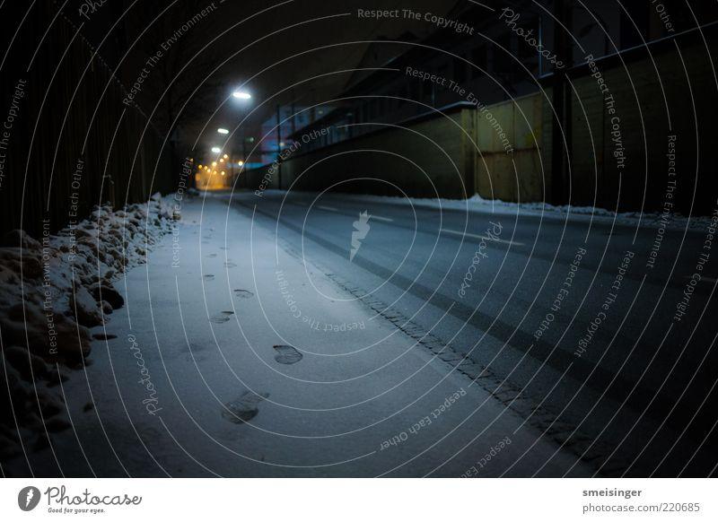straße, kalt Winter Einsamkeit Straße dunkel Schnee Wege & Pfade Eis Beleuchtung Frost Gelassenheit Bürgersteig Fußspur Straßenbeleuchtung Industrieanlage