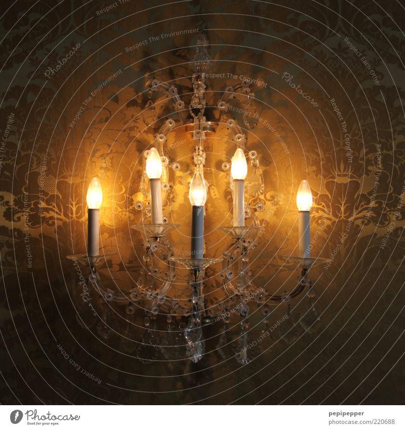low light Lampe hell glänzend elegant ästhetisch Romantik Kitsch Tapete edel Glühbirne Kristalle Ornament Barock Kronleuchter Tapetenmuster Wandleuchte
