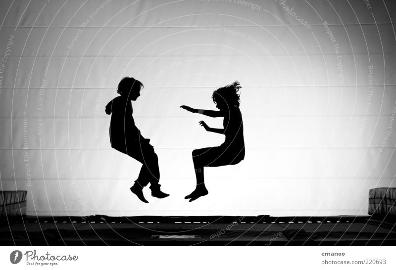 Synchron Sitz Mensch Kind Jugendliche weiß Freude schwarz Sport Spielen Junge Bewegung springen Paar Freundschaft Kindheit Kraft Freizeit & Hobby