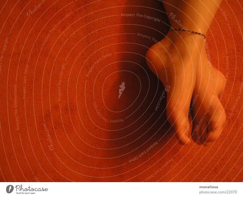füße2 Frau feminin Fuß orange liegen Teppich Barfuß Zehen Pediküre Zehenspitze Frauenfuß Fußkette
