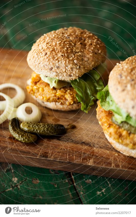 Burger Lebensmittel Gemüse Salat Salatbeilage Brötchen Zwiebel Zwiebelringe Gurke Gewürzgurke Hamburger Ernährung Essen Vegetarische Ernährung Fastfood frisch