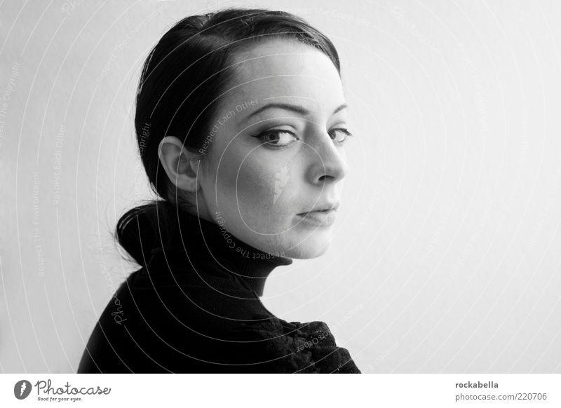 audrey. 21st century. elegant Stil feminin Junge Frau Jugendliche Mensch 18-30 Jahre Erwachsene Mode Haare & Frisuren schwarzhaarig Scheitel ästhetisch schön