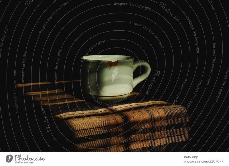 Tasse Kaffee Getränk trinken Heißgetränk Latte Macchiato Espresso Tee Becher einfach braun weiß Stimmung Sucht Surrealismus kaputt Schaden Farbfoto
