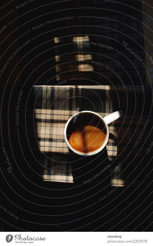 Tasse Kaffee Getränk Heißgetränk Glas genießen trinken braun schwarz weiß Gelassenheit Becher einfach Wärme Farbfoto Strukturen & Formen Kunstlicht