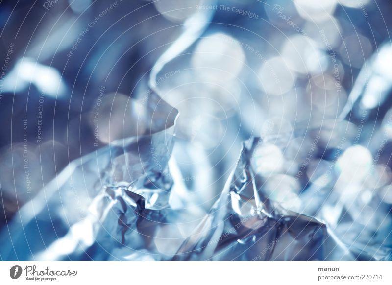 Alufolie Metall Metallfolie Hintergrundbild glänzend leuchten außergewöhnlich hell kalt Sauberkeit blau silber Perspektive Rätsel Farbfoto Innenaufnahme