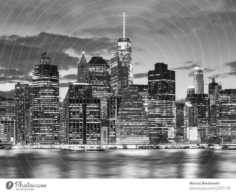 Schwarzweiss-Bild von New- York CitySkyline an nah. Stadt weiß schwarz Architektur Gebäude außergewöhnlich Büro Hochhaus elegant Aussicht Erfolg USA Fluss