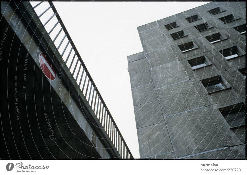 Farbtupfer Umwelt Menschenleer Hochhaus Brücke Bauwerk Gebäude Architektur trashig trist Stadt Tag Froschperspektive Zentralperspektive aufwärts vertikal