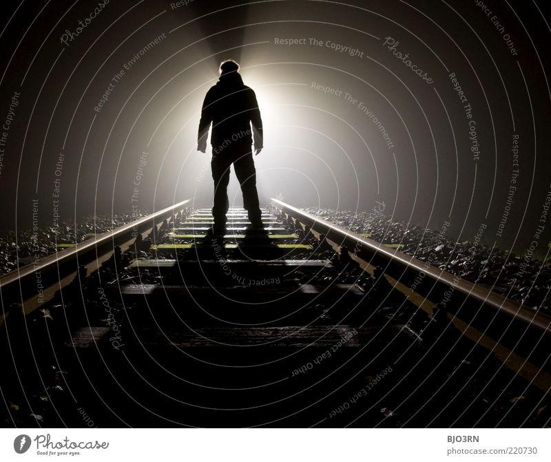 Widerstand | train tracks Mann weiß schwarz dunkel Gefühle Tod träumen Erwachsene Eisenbahn stehen bedrohlich Ende Gleise gruselig Mensch Verzweiflung