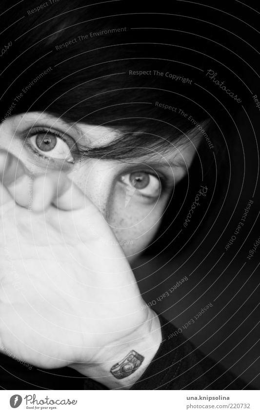 <3 photopraphy feminin Junge Frau Jugendliche Erwachsene 1 Mensch 18-30 Jahre Tattoo schwarzhaarig brünett Pony trendy verdeckt Fotokamera Schwarzweißfoto