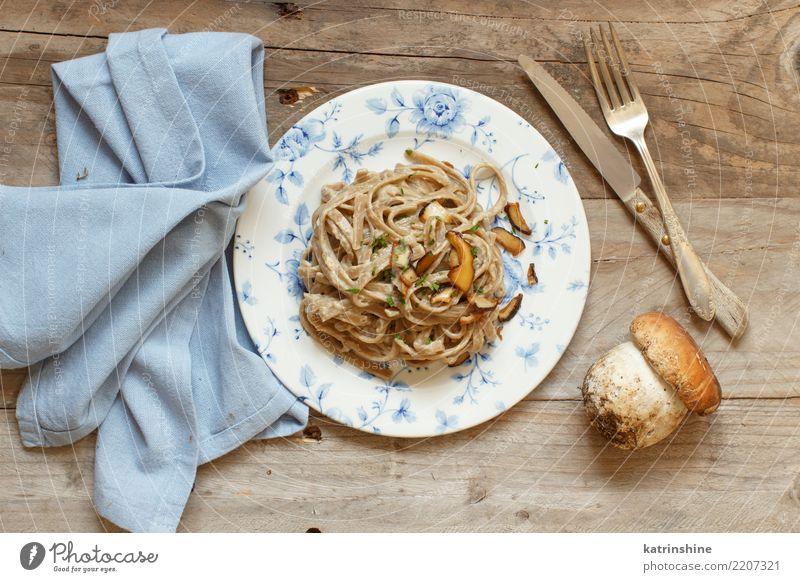 Vollkorn Tagliolini mit Pilzen Porcini Gemüse Mittagessen Abendessen Vegetarische Ernährung Teller frisch lecker oben gelb weiß Steinpilze Champignon Sahne