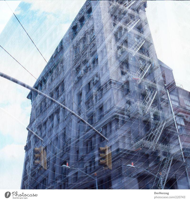 Soho Sucks New York City Graffiti Farbfoto Außenaufnahme Licht Froschperspektive Doppelbelichtung Stadthaus Wohnhochhaus Feuerleiter Ampel analog
