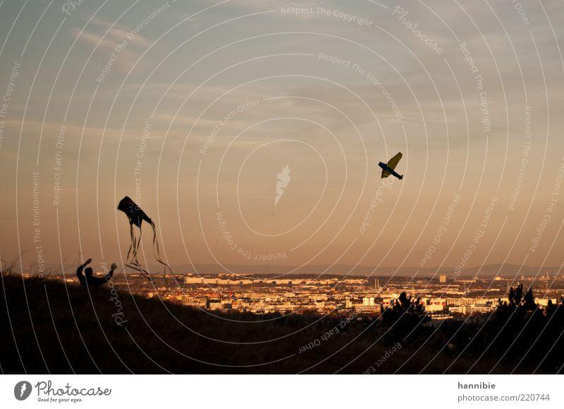 ...höher! Freizeit & Hobby Ausflug 1 Mensch Himmel Wolken Wind Stadt fliegen Spielen Lebensfreude Leichtigkeit Lenkdrachen Drachenfliegen Aussicht Silhouette