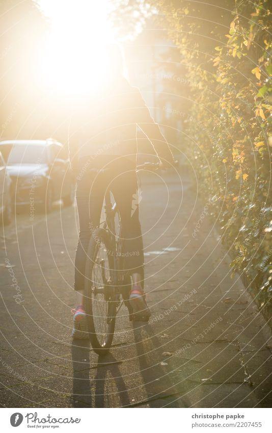 Ride on Freizeit & Hobby Fahrradfahren Frau Erwachsene 1 Mensch 30-45 Jahre Schönes Wetter Stadt Straße Wege & Pfade hell Mountainbike crossbike Farbfoto