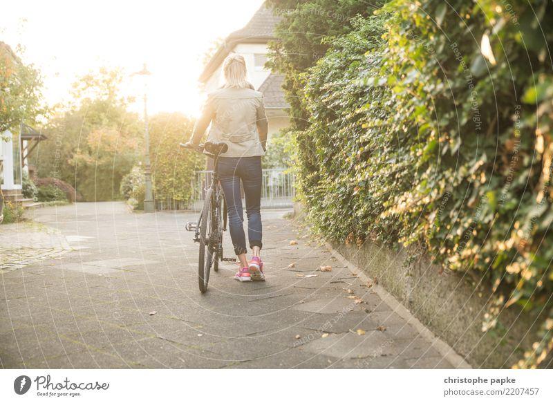 Wer sein Rad liebt, schiebt Frau Mensch Stadt Erwachsene gehen hell Zufriedenheit Fahrrad Fahrradfahren schieben 30-45 Jahre