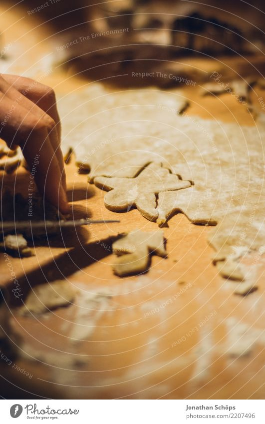 In der Weihnachtsbäckerei I Teigwaren Backwaren Tisch Weihnachten & Advent lecker Bäckerei Feiertag Foodfotografie Mehl Plätzchen Weizen Zucker stechen backen