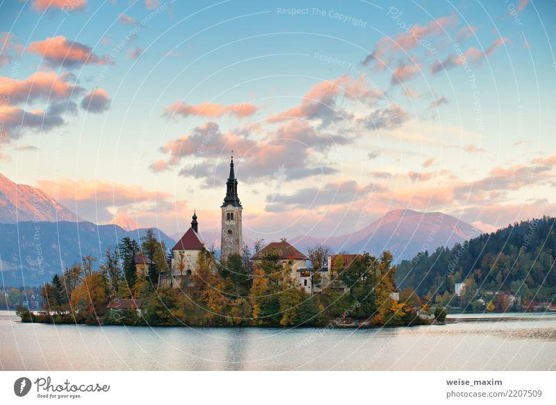 Kirche und Schloss mit Gebirgszug, ausgebluteter See Ferien & Urlaub & Reisen Tourismus Abenteuer Freiheit Sommer Insel Berge u. Gebirge wandern Natur