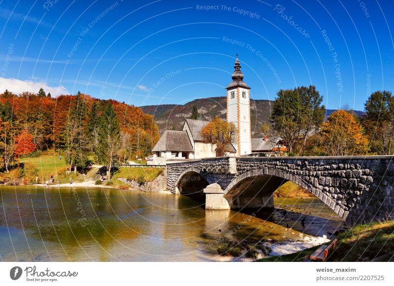 Bunter Herbsttag im alten Dorf. Alte Brücke und Kirche Himmel Natur Ferien & Urlaub & Reisen Landschaft Baum Haus Ferne Wald Berge u. Gebirge Architektur