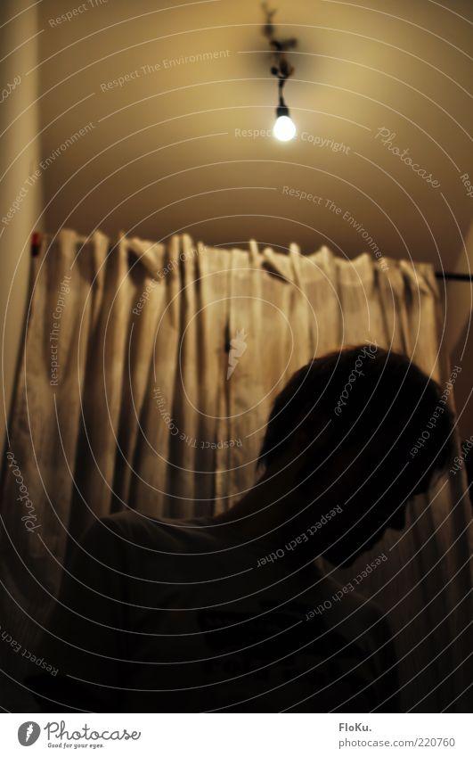 Wo habe ich denn die Schuhe gelassen? Mensch Jugendliche schwarz gelb Lampe dunkel Raum Erwachsene Wohnung maskulin Suche leuchten Vorhang Flur hängen Glühbirne