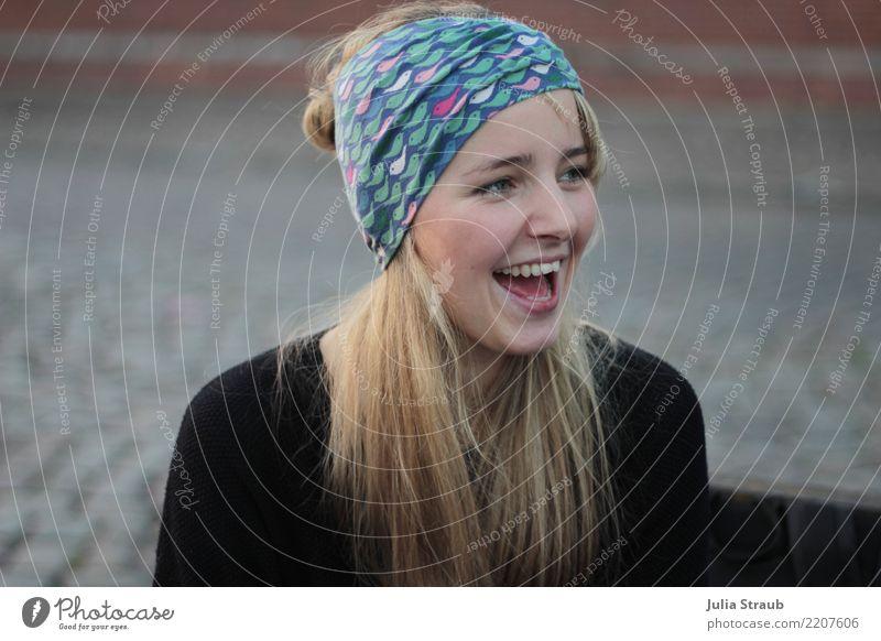 Junge Frau mit blonden langen Haaren und Stirnband lacht übertrieben feminin Erwachsene 1 Mensch 18-30 Jahre Jugendliche Hamburg Fischmarkt Pullover Kopftuch