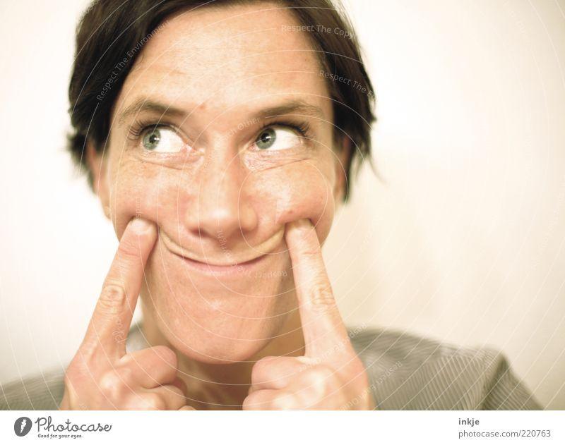 SMILE (gefälligst) Frau Gesicht Erwachsene Auge Gefühle Denken Finger außergewöhnlich einzigartig Kommunizieren festhalten Lächeln Idee brünett Langeweile