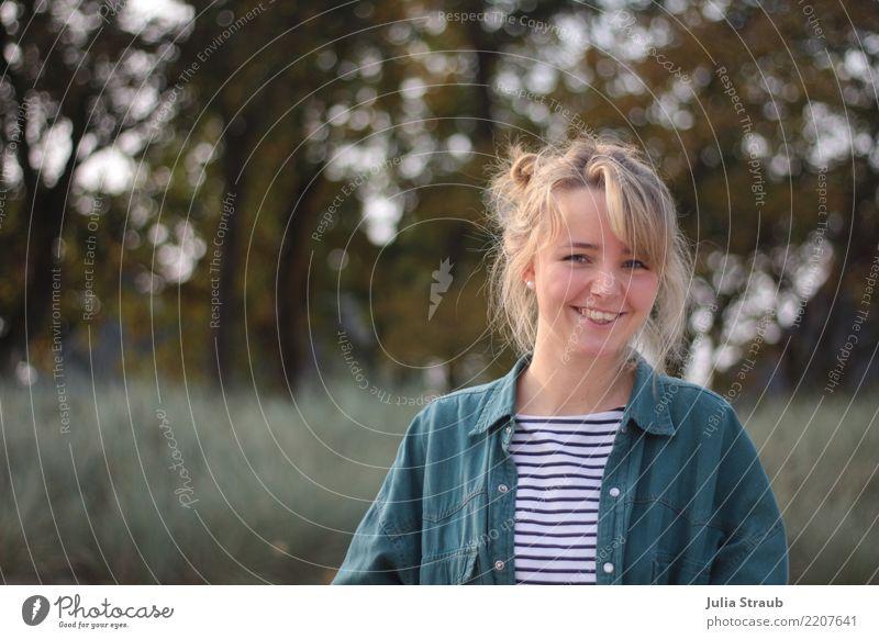 Junge Frau feminin Erwachsene 1 Mensch 18-30 Jahre Jugendliche Herbst Schönes Wetter Baum Gras Hemd blond langhaarig Pony Zopf lachen fantastisch Glück schön