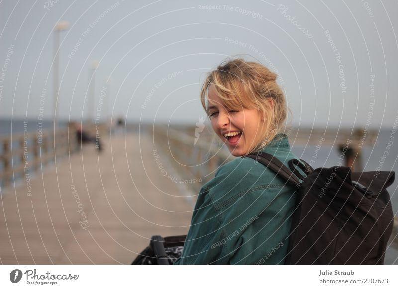 zwinker feminin Frau Erwachsene 1 Mensch 18-30 Jahre Jugendliche Timmendorfer Strand Steg Brückengeländer Hemd Rucksack blond Zopf drehen gehen