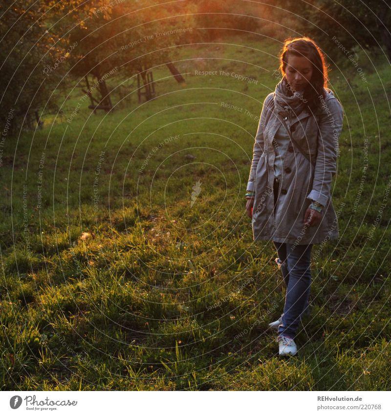 """""""Ein Tag ohne Banane ist wie ein Tag ohne Sonne!!"""" Frau Mensch Natur Jugendliche schön ruhig Blatt Einsamkeit Wiese feminin Gras Traurigkeit Denken Stimmung"""
