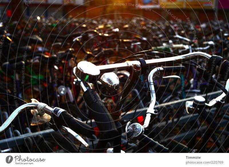 Fahrrad-Chaos Stadt Fahrrad Metall viele silber bizarr chaotisch Gegenlicht Fahrradklingel Fahrradlenker Fahrradparkplatz
