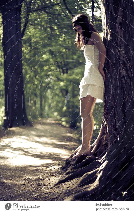 Mielikki feminin Junge Frau Jugendliche 1 Mensch 18-30 Jahre Erwachsene Natur Sommer Baum Wald Kleid Erholung stehen träumen braun grün Stimmung Romantik