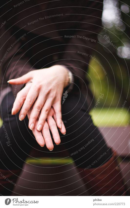 12 Mensch Natur Jugendliche Hand grün ruhig Erwachsene feminin Denken träumen braun sitzen natürlich Finger Hoffnung Stoff