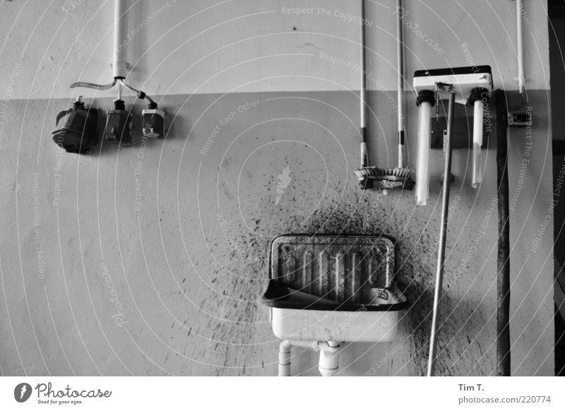 Tatort Menschenleer Waschbecken Drehstrom Leuchtstoffröhre sanitär Schwarzweißfoto Innenaufnahme Tag Steckdose dreckig schäbig alt altmodisch Verfall verfallen