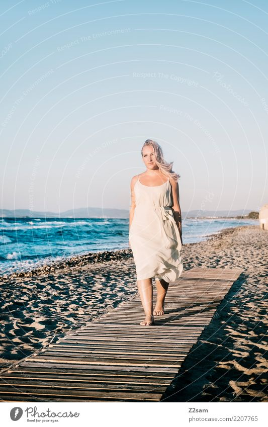 lazy days elegant Stil Ferien & Urlaub & Reisen Strand Meer Junge Frau Jugendliche 18-30 Jahre Erwachsene Natur Landschaft Sommer Schönes Wetter Küste Kleid