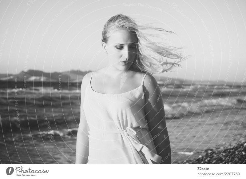 lazy days Lifestyle elegant Stil Strand Meer Junge Frau Jugendliche 18-30 Jahre Erwachsene Landschaft Sommer Küste Mode Kleid blond langhaarig Erholung genießen