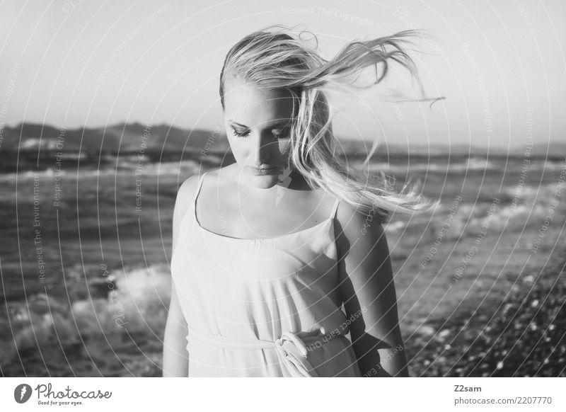 lazy days elegant Stil Strand Meer Junge Frau Jugendliche 18-30 Jahre Erwachsene Natur Landschaft Sommer Schönes Wetter Mode Kleid blond langhaarig träumen