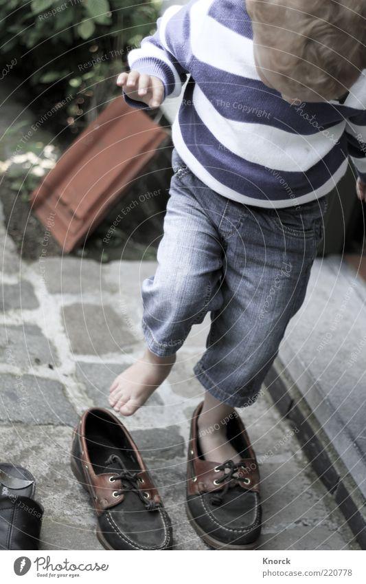Schuhe Mensch Kind Junge Spielen lustig Mode groß stehen Kleinkind Pullover Versuch Barfuß anziehen drollig Kinderfuß