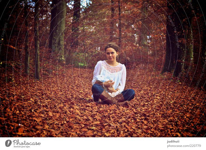 Stay Young at Heart Spielen feminin Junge Frau Jugendliche Kindheit 1 Mensch 18-30 Jahre Erwachsene Natur Herbst Baum Blatt Wald Waldboden Bluse brünett