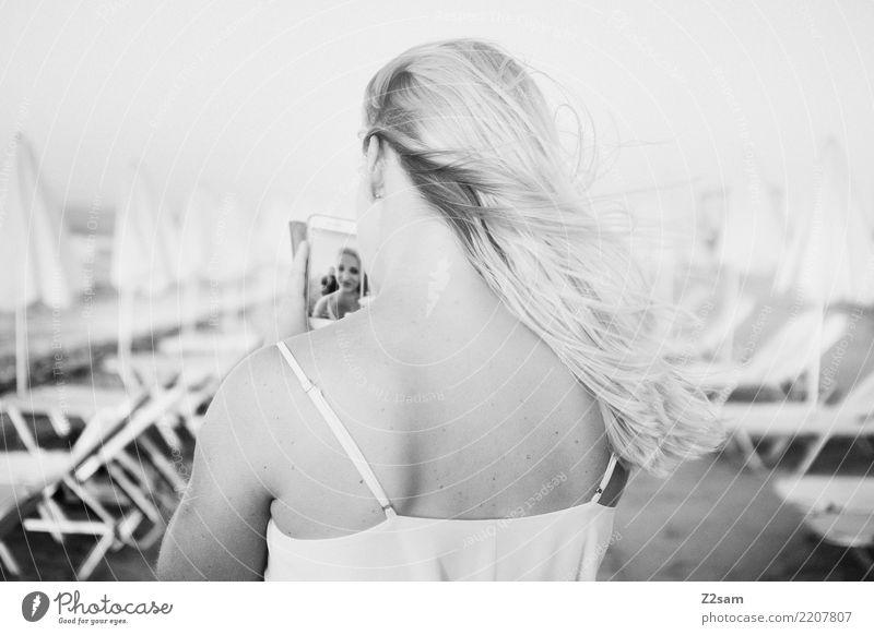 selfi Ferien & Urlaub & Reisen Sommerurlaub Meer Handy Junge Frau Jugendliche 18-30 Jahre Erwachsene Schönes Wetter Strand Insel Kleid blond langhaarig Erholung