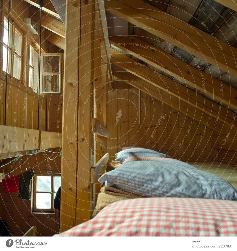 Bei den 7 Zwergen... ruhig Haus Fenster wandern Bett Dach einfach Häusliches Leben Hütte Geborgenheit Kissen Dachboden Strebe Dachgebälk rustikal Herberge
