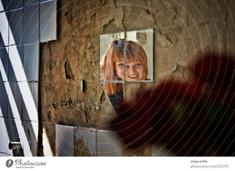 Don't look now Jugendliche Freude Gesicht feminin lachen Haare & Frisuren Kopf Mauer Erwachsene Fröhlichkeit Model außergewöhnlich Fliesen u. Kacheln verfallen