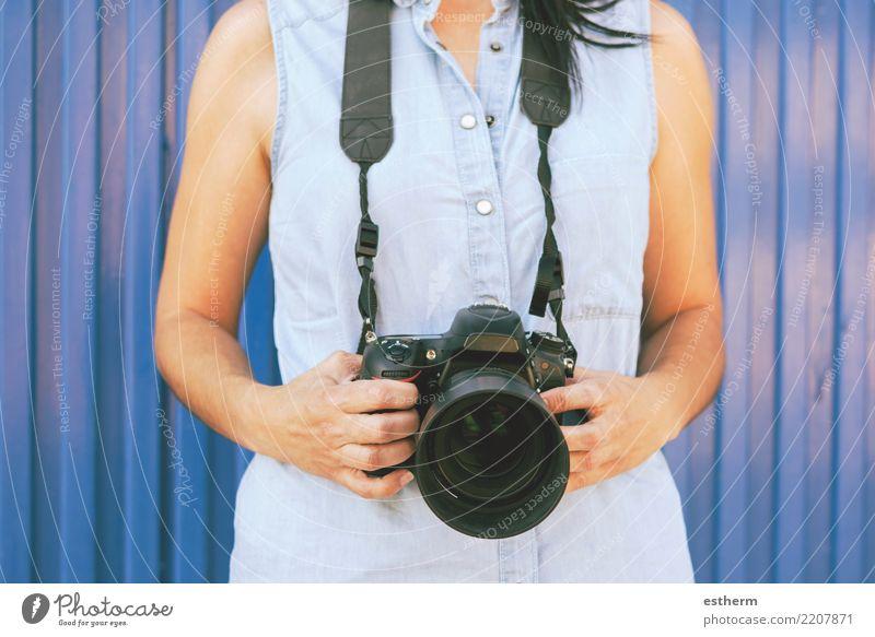 Mädchen mit Kamera Lifestyle Freizeit & Hobby Ferien & Urlaub & Reisen Tourismus Ausflug Abenteuer Freiheit Fotokamera Mensch feminin Junge Frau Jugendliche