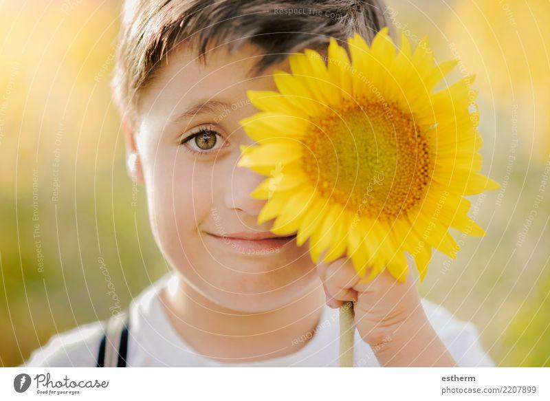 Junge spielt im Sonnenblumenfeld Kind Mensch Natur Ferien & Urlaub & Reisen Pflanze Sommer Freude Lifestyle Blüte Frühling lachen Glück Freiheit maskulin Park