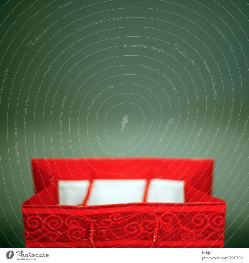 x-mas shopping grün schön rot offen Geschenk Dekoration & Verzierung Tüte Ornament Verpackung Freisteller Borte Schnörkel Weihnachtsgeschenk Objektfotografie Geschenkpapier leuchtende Farben