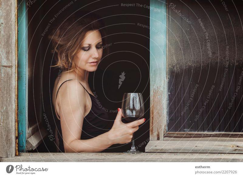 hübsche Frau mit einem Glas Wein Mensch Jugendliche Junge Frau schön Einsamkeit Erwachsene Lifestyle Traurigkeit Gefühle feminin Glück Feste & Feiern Party