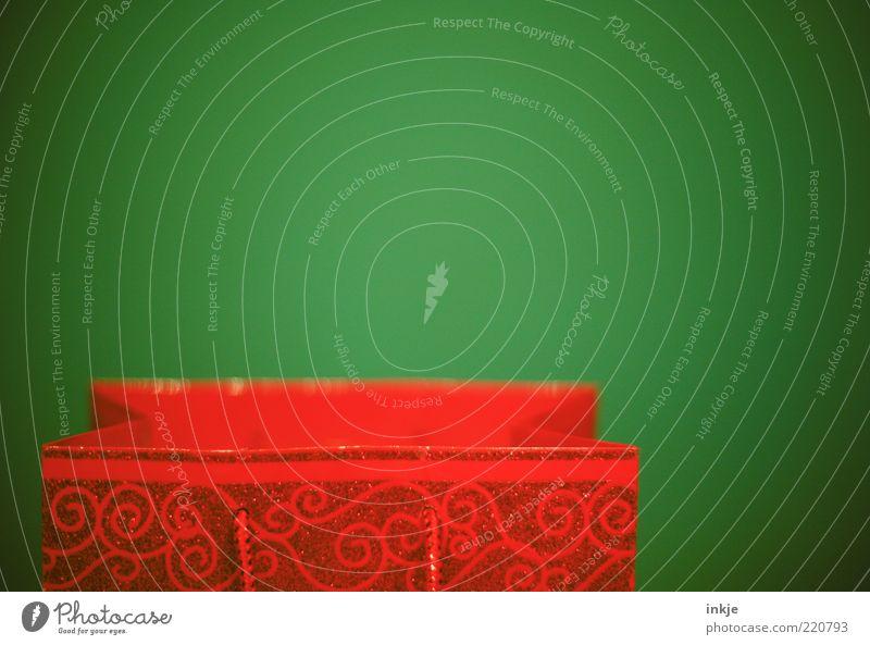 Weihnachtstüte Stil Verpackung Tüte Ornament schön Kitsch grün rot Wunsch Geschenk Überraschung Vor hellem Hintergrund Anschnitt Bildausschnitt offen